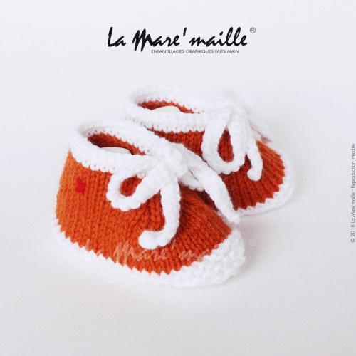 Chaussons bébé laine style basket orange et blanc avec lacets en maille
