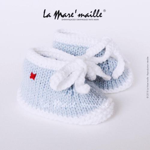 Chaussons bébé laine style basket bleu ciel et blanc avec lacets en maille
