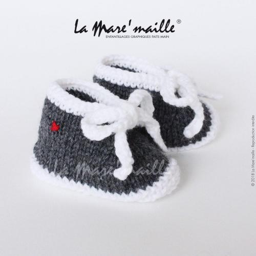 Chaussons bébé laine style basket gris foncé et blanc avec lacets en maille