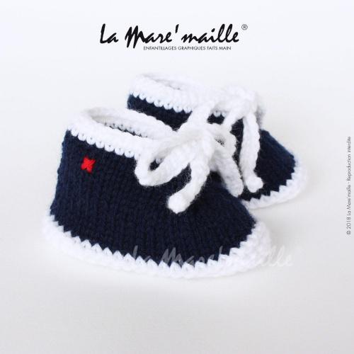 Chaussons bébé laine style basket bleu marine et blanc avec lacets en maille