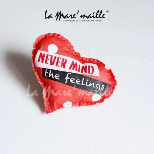 Broche coeur coton rouge texte humour never mind the feeling