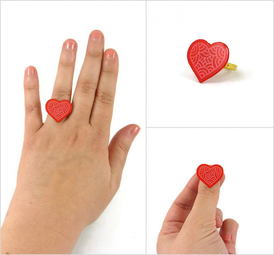 Bague réglable coeur rose graphique réalisée en CD recyclé et peinte à la main