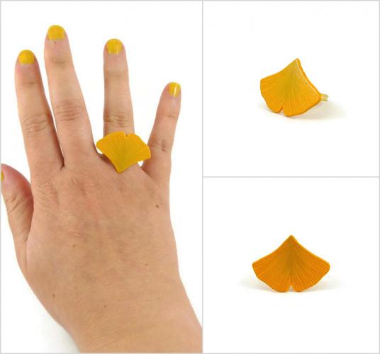 Bague réglable feuille de ginkgo jaune réalisée en CD recyclé et peinte à la main