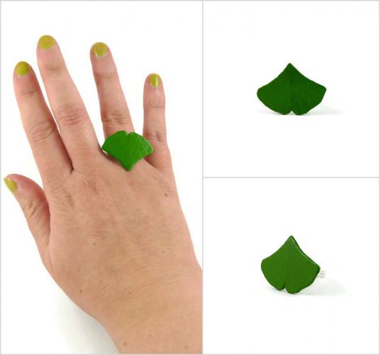 Bague réglable feuille de ginkgo verte réalisée en CD recyclé et peinte à la main