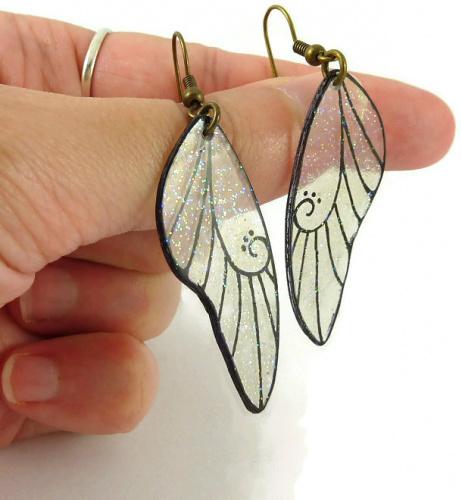 Boucles d'oreilles ailes de fée transparentes et noires finement pailletées réalisées en CD recyclé peint