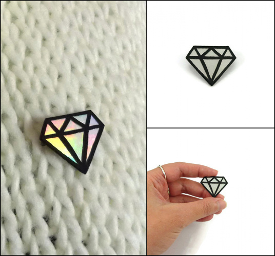 Broche gros diamant irisé et noir réalisée en CD recyclé et peinte à la main