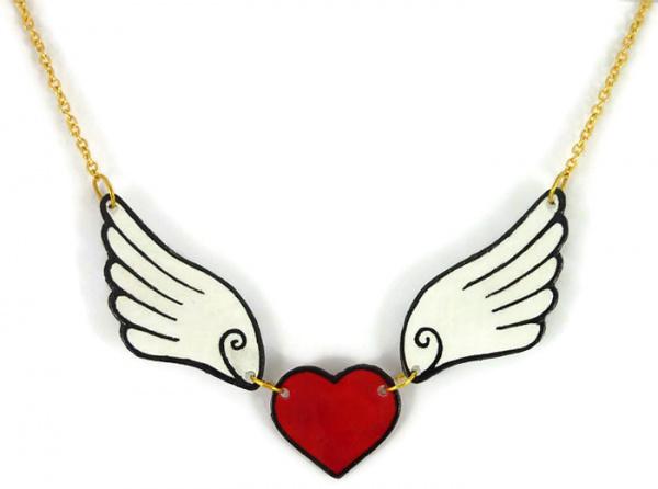 Collier coeur rouge aux ailes blanches réalisé en CD recyclé et peint à la main