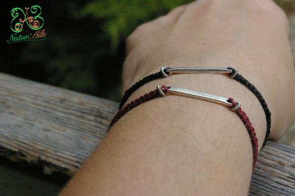 Bracelet en macramé rouge et breloque argenté .