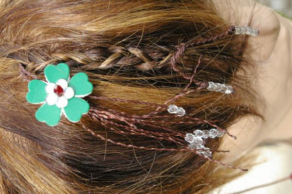 Natte Maïta fleur verte et strass rouge