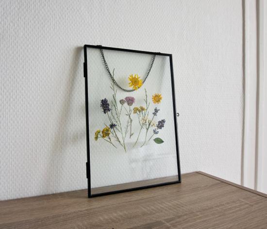 Herbier - Feuilles et fleurs pressées à la main dans un cadre métal flottant à suspendre